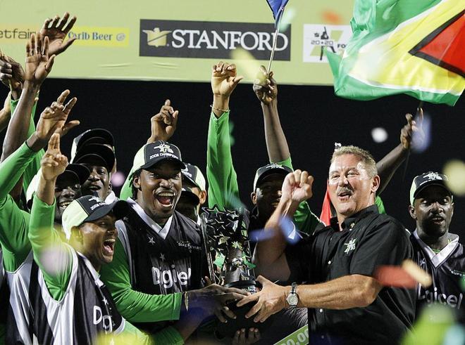 Allen Stanford celebra una victoria de su club de 'cricket' en...