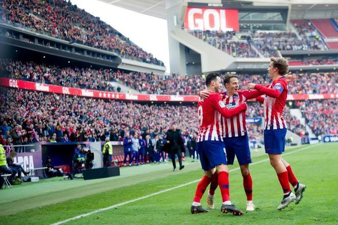 Griezmann y Arias celebran el primer gol con Kalinic.