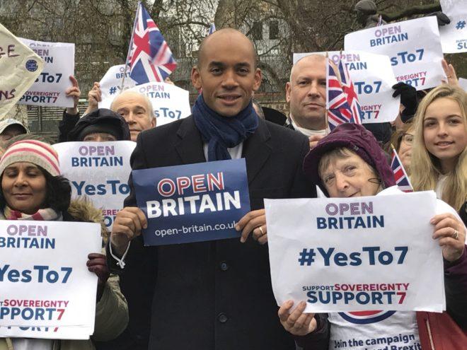 El diputado laborista Chuka Umunna con un cartel de la campaña proeuropea 'Open Britain', en Londres. C. F.