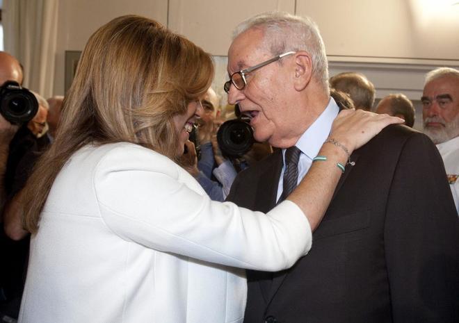 La presidenta en funciones de la Junta, Susana Díaz, saluda al ex...