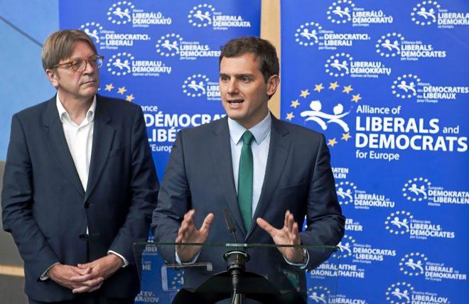 El presidente de Ciudadanos, Albert Rivera, junto al líder de los...