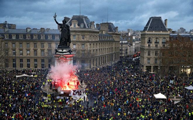 Un grupo de chalecos amarillos junto al monumento a la República, ayer, en París.