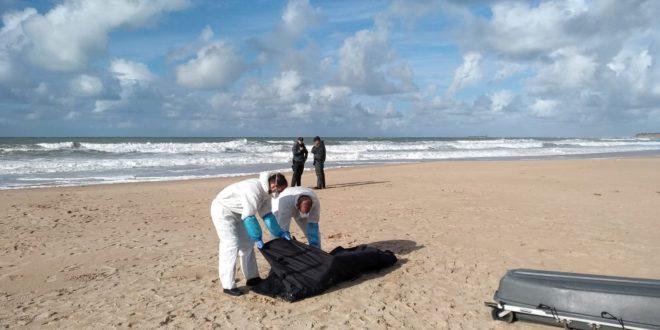 Uno de los cadáveres de una patera naufragada frente a las costas de Cádiz en noviembre.