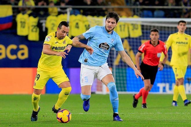 Okay y  Cazorla se disputan el balón, durante el Villarreal - Celta.
