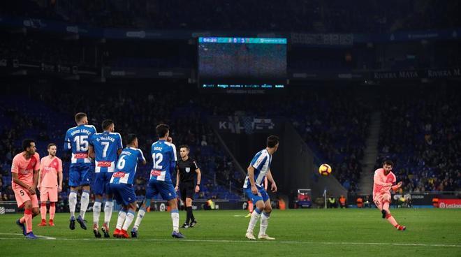 Messi marca su segundo gol de falta al Espanyol, el 0-4 para el Barcelona.