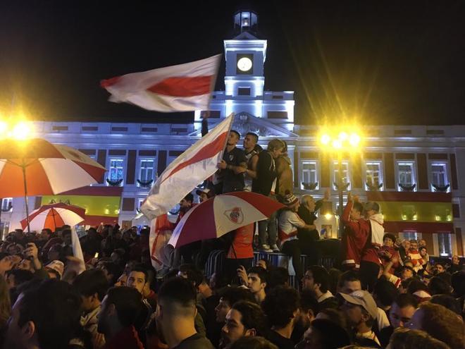Aficionados de River Plate, en la Puerta del Sol.