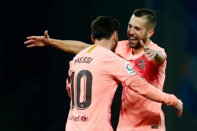 Jordi Alba abraza a Messi tras uno de sus dos goles al Espanyol.