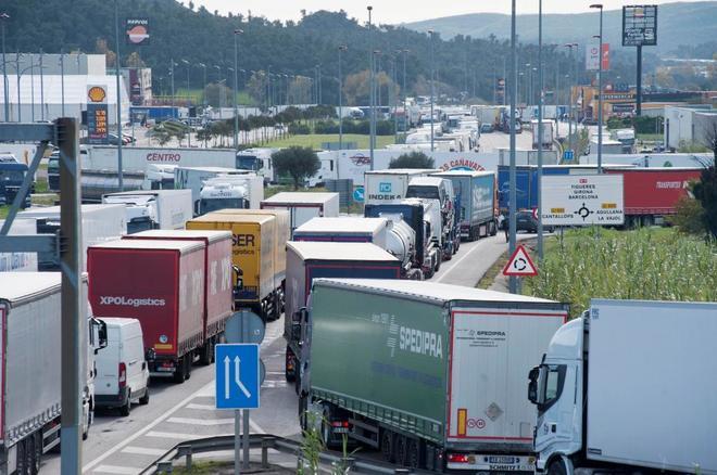 Colas de camiones en la frontera de Cataluña con Francia por las...