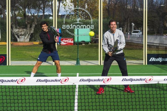 Ale Galán (izda) y Paquito Navarro pelotean en la pista central del club deportivo Somontes.