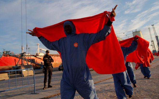 Un grupo de inmigrantes a su llegada al puerto de Málaga tras ser rescatados en aguas del mar Mediterráneo