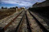 Traviesas de madera en las vías del ferrocarril a su paso por la...