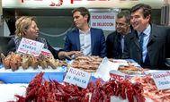 Albert Rivera, Toni Cantó y Fernando Giner, en una visita al Mercado Central.