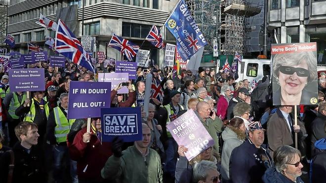 Manifestantes a favor del Brexit participan en la concentración promovida por el Ukip, en Londres.