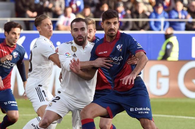 Carvajal sujeta a Juan Aguilera durante el Huesca-Real Madrid.
