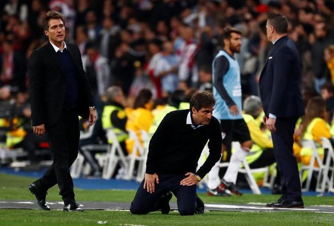 Los mellizos Schelotto, en el banquillo del Bernabéu, tras la final de la Libertadores.