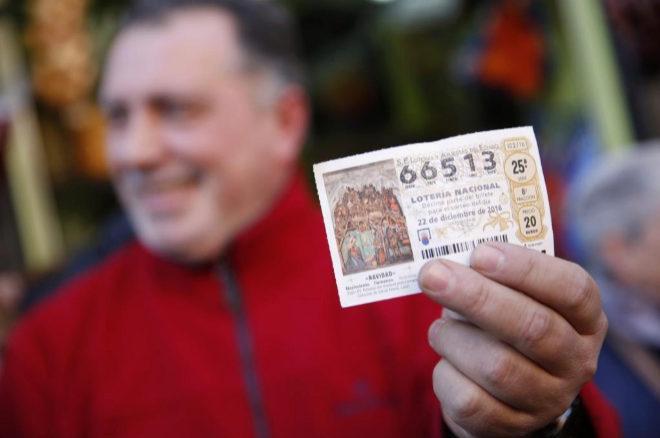 Imagen de un décimo premiado con El Gordo de la Lotería de Navidad...