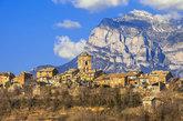 Capital del antiguo reino de Sobrarbe, Aínsa es una <a...