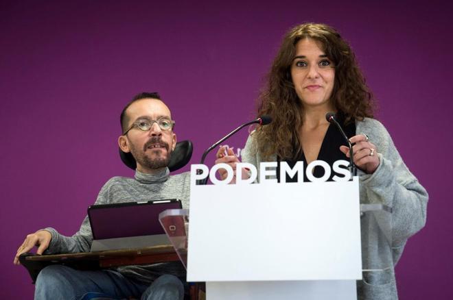 Los portavoces de Podemos, Pablo Echenique y Noelia Vera, tras el...