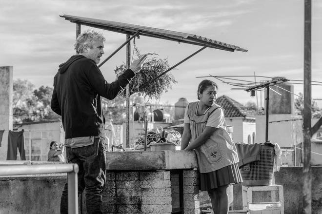 Alfonso Cuarón dirige a Yalitza Aparicio durante el rodaje de 'Roma'.