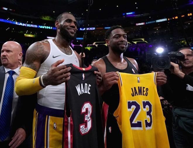 LeBron James y Dwyane Wade intercambian camisetas al finalizar el Lakers-Heat.