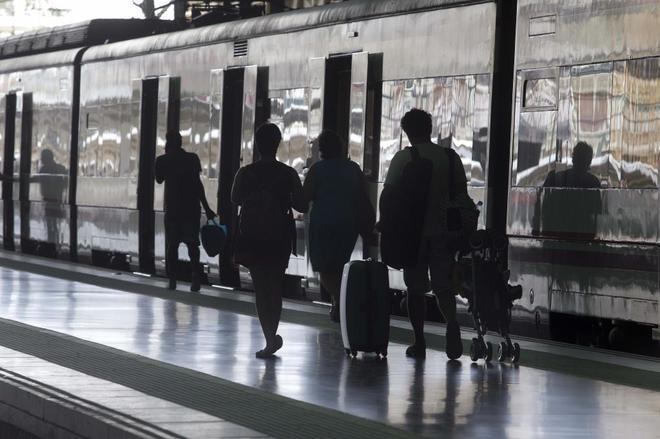 Pasajeros caminan para coger un tren AVE en la estación de Valencia.