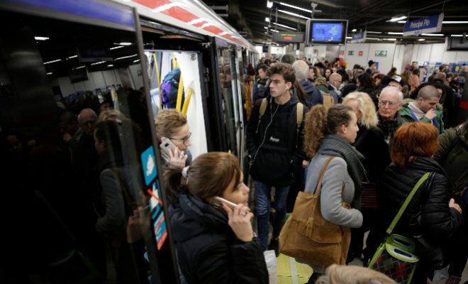 Aglomeración de pasajeros en Príncipe Pío durante una huelga de Metro.