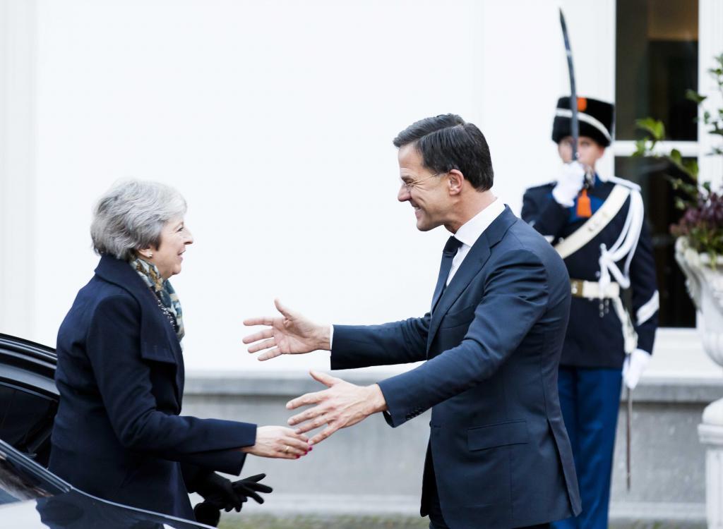 La primera ministra británica, Theresa May, es recibida por su homólogo holandés, Mark Rutte, este martes en La Haya.