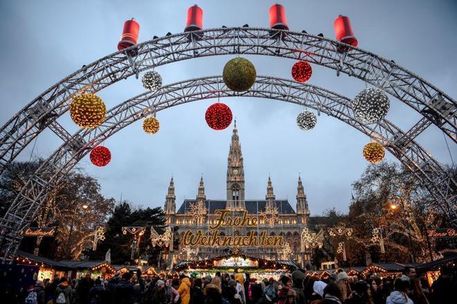 Turistas en el mercado navideño frente al ayuntamiento de Viena,