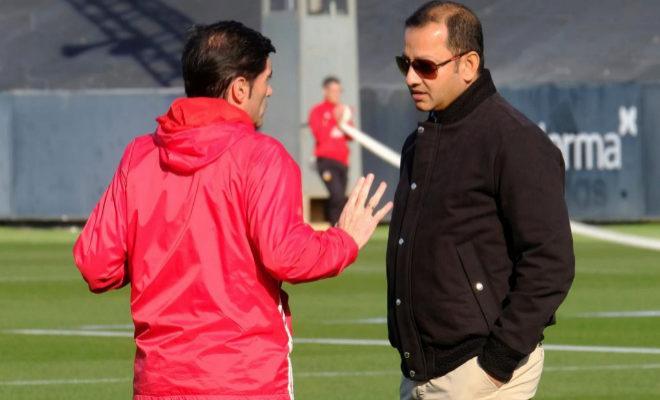Marcelino charla con el presidente del Valencia, Anil Murthy, en el entrenamiento de este martes en la Ciudad Deportiva de Paterna.