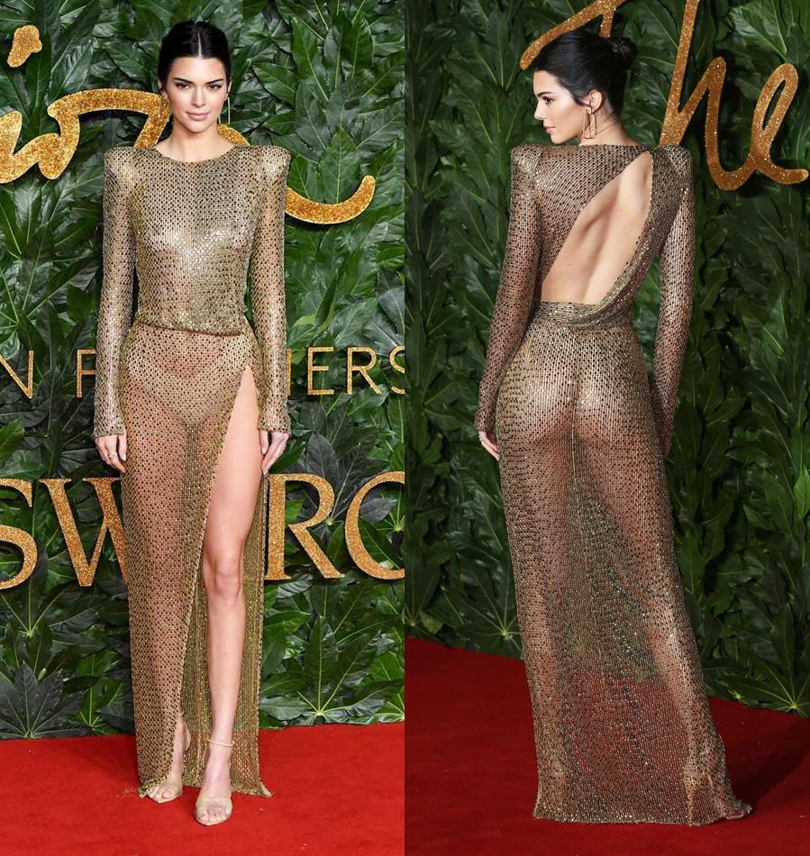 La modelo posó con un espectacular naked dress dorado de Julien...
