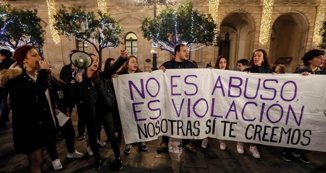 Concentración en Sevilla para protestar por la confirmación de la sentencia contra los miembros de La Manada.