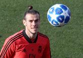 El jugador del Real Madrid Gareth Bale entrena con el balón de la...