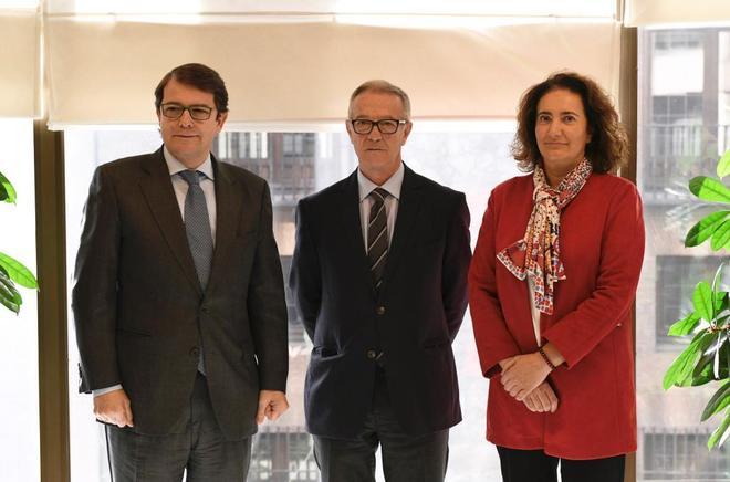 El ministro de Cultura, José Guirao (c), se reúne con la consejera de Cultura de Castilla y León, María Josefa García (d), y el alcalde de Salamanca, Alfonso F. Fernández Mañueco (i), esta mañana en Madrid.