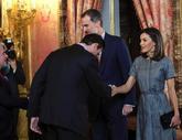 Los Reyes saludan a los asistentes a la reunión del patronato de la...