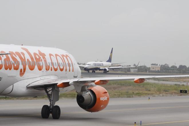 Una aeronave de la compañía EasyJet, en la pista de despegue aeroportuaria.