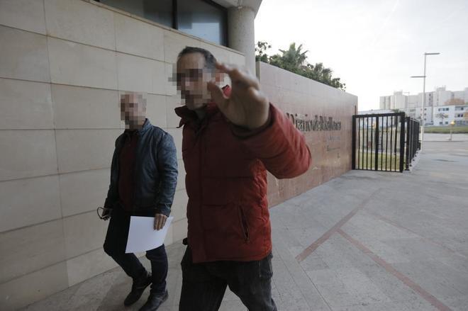 Los policías entrando en la sede de Diario de Mallorca.