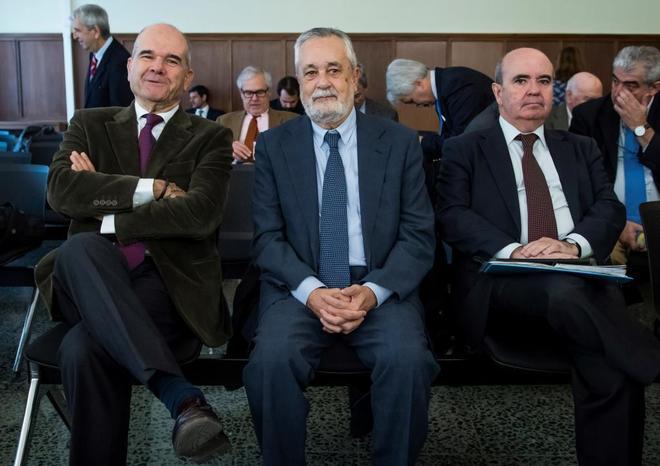 Los ex presidentes de la Junta, Manuel Chaves y José Antonio Griñán, junto al ex consejero, Gaspar Zarrías
