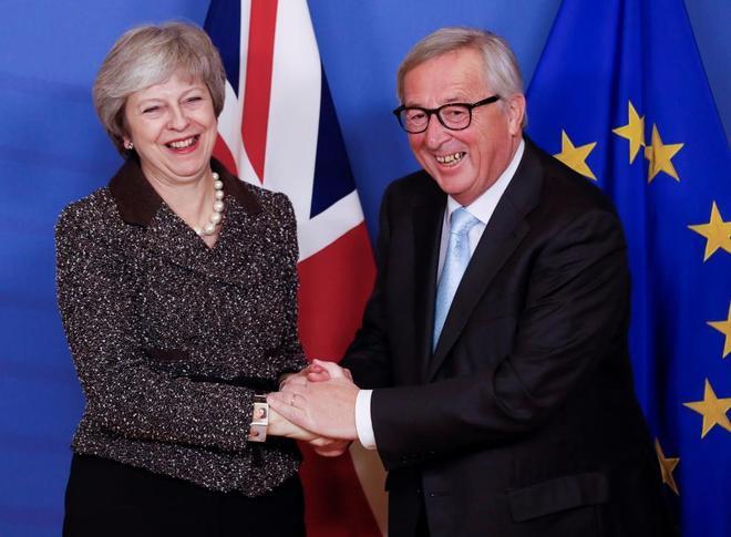 La primera ministra británica y el presidente de la CE, Jean-Claude Juncker, este miércoles, en Bruselas.
