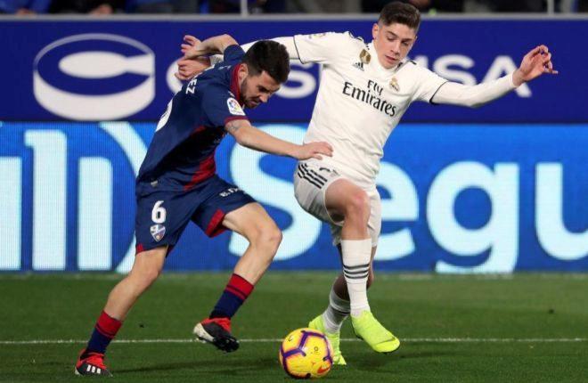 Fede Valverde pugna por el balón con ante Moi Gómez el pasado sábado en El Alcoraz.