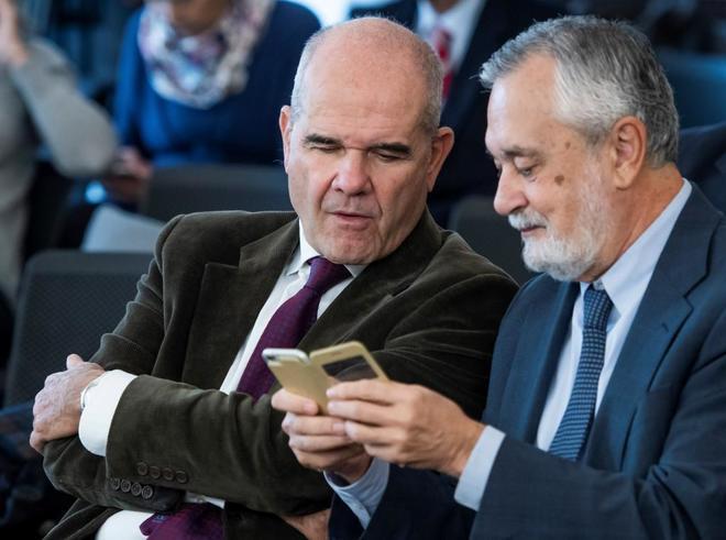 Los ex presidentes de la Junta de Andalucía, José Antonio Griñán y...