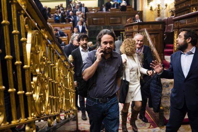 El secretario general de Podemos, Pablo Iglesias, marchándose del Pleno del Congreso