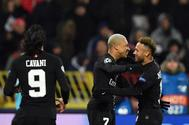 Mbappé celebra con Neymar un gol al Estrella Roja.