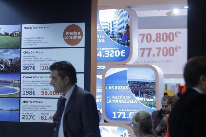 Interesados en vivienda en salón inmobiliario (Sima) que se celebra cada año en Madrid.