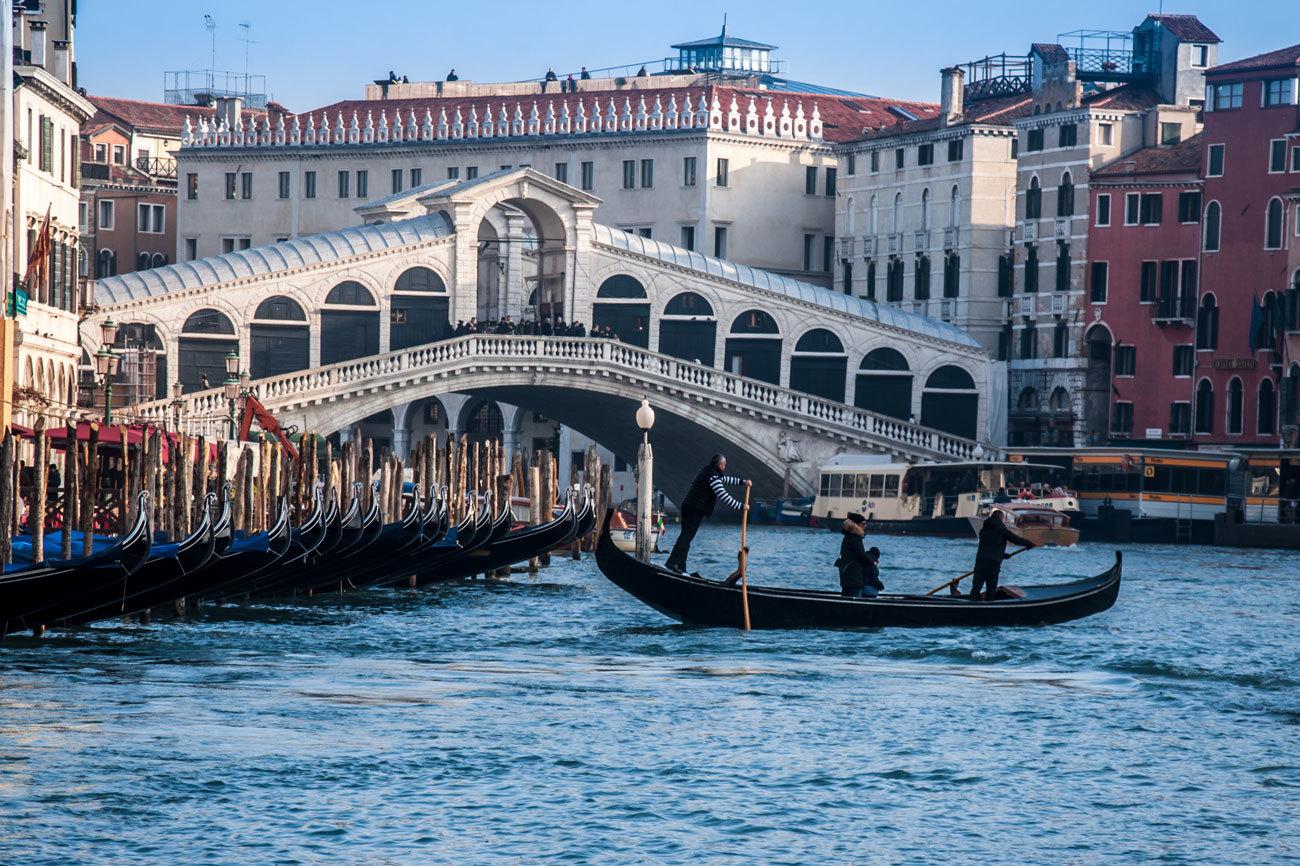El mayor canal de la ciudad de Venecia (Italia) recorre la ciudad...