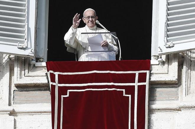 El Papa Francisco habla a los fieles durante el rezo del Ángelus en...