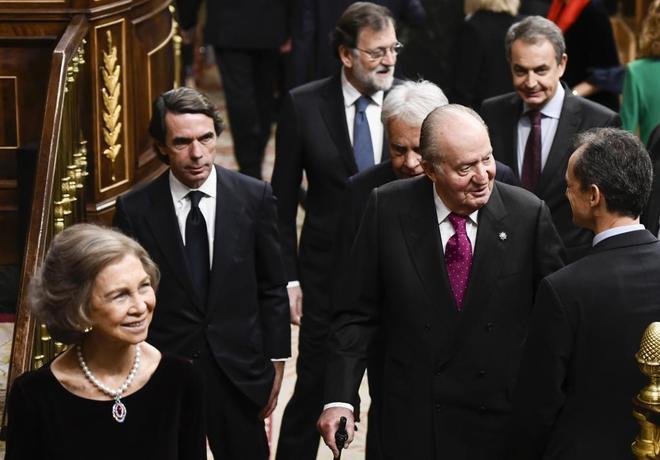 José María Aznar, con los Reyes Eméritos y los otros ex presidentes...