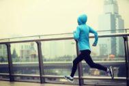 ¿Es peligroso correr al aire libre cuando la contaminación es muy alta?