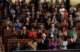 Los diputados y ministros socialistas, en pie para aplaudir a Pedro...