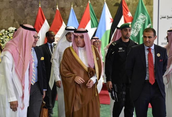 El ministro de Exteriores saudí con su homológo yemení en las conversaciones de paz en Suecia.
