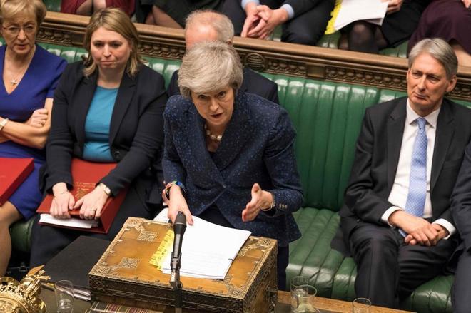 La primera ministra británica, Theresa May, comparece en la Cámara...